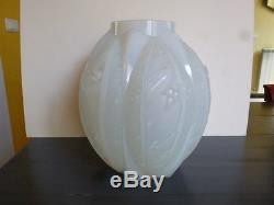 Grand VASE ART DECO, signé VERLYS, verre opalescent. Décor de Guy, H 27cm